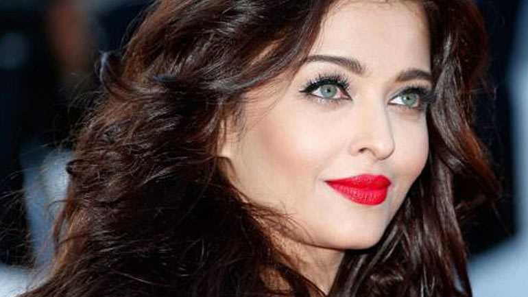How to Wear Red Lipstick Like an Expert